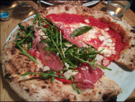 Iovine's : la pizza Margherita (droite) et Iovine's (gauche)